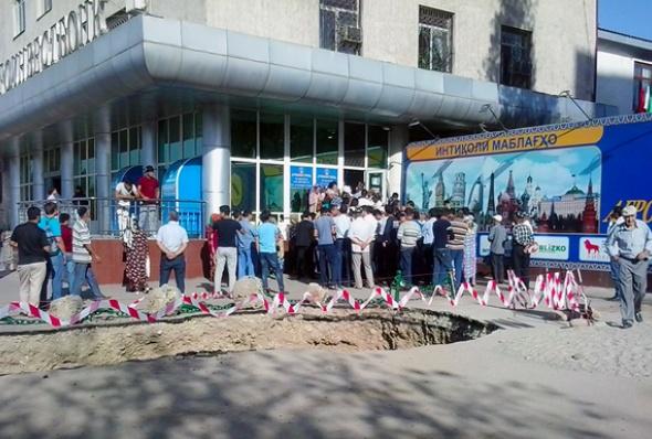 tajikistan-agroinvestbonk_banking_crisis_1-jamila_majidova-iwpr