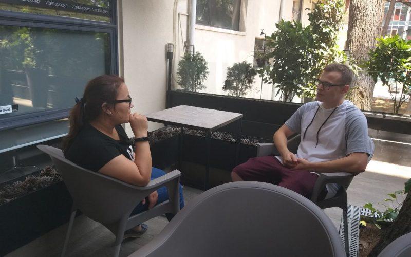 Гузаль Махкамова интервьюирует героя своего материала