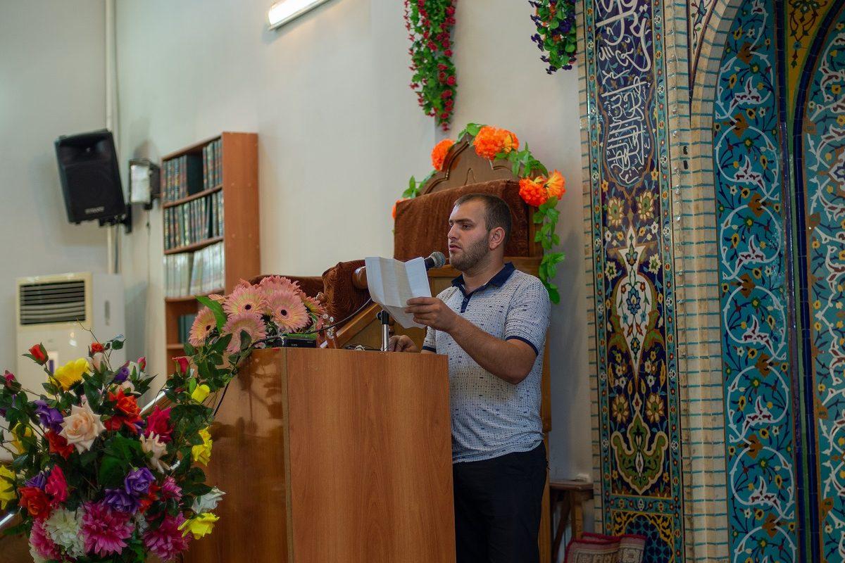 Прихожанин читает стихи посвященные Имаму Али на праздновании Эйд Гадире Хум