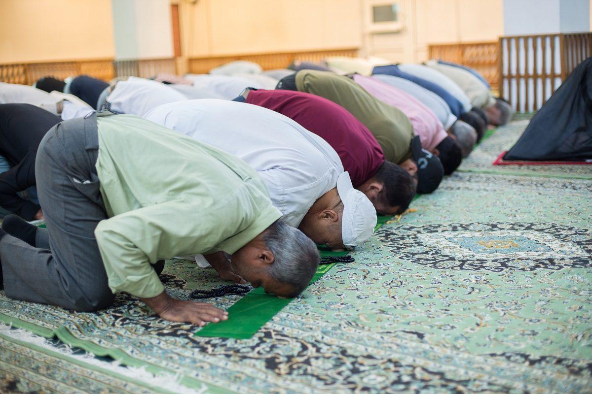 Шииты совершают земной поклон во время праздничной молитвы на Курман айт
