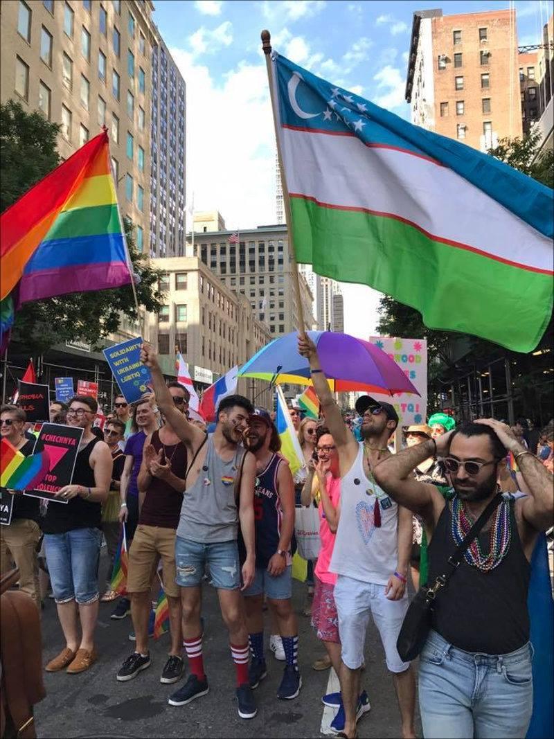 Manifestantes de Nova York protestam por Direitos LGBT no Uzbequistão. (Foto: Reprodução / Cabar)