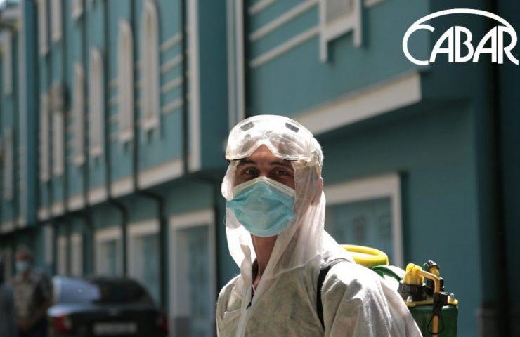 Гвардеец во время дезинфекции в жилом доме