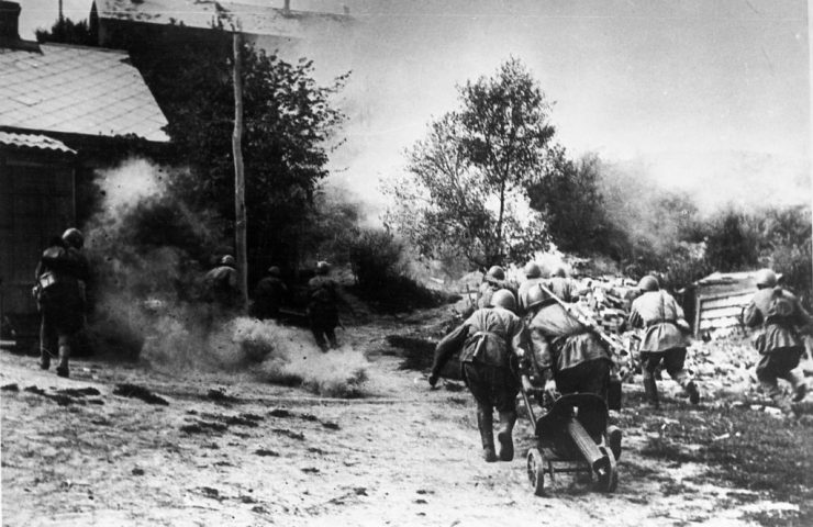 Подразделение автоматчиков под командованием лейтенанта Д.Асанова штурмует дома, где засели фашисты. Воронежский фронт, 1942 год.