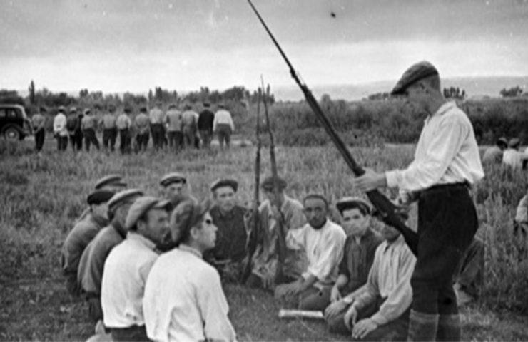 Призывники на военных занятиях г. Фрунзе, 1941 год. Фотограф С. Харченко.