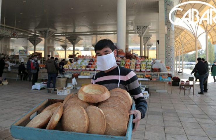 Торговец лепешками на Алайском рынке