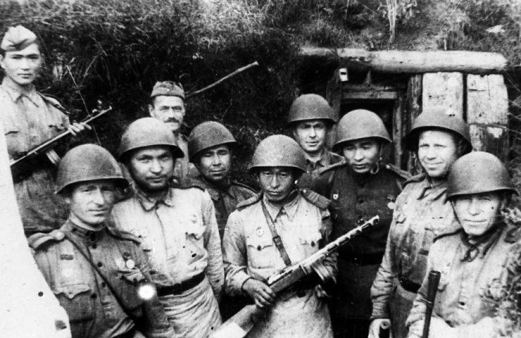 Вручение автоматов 28 героям-панфиловцам 4-й отдельной стрелковой роты, 1943 год.